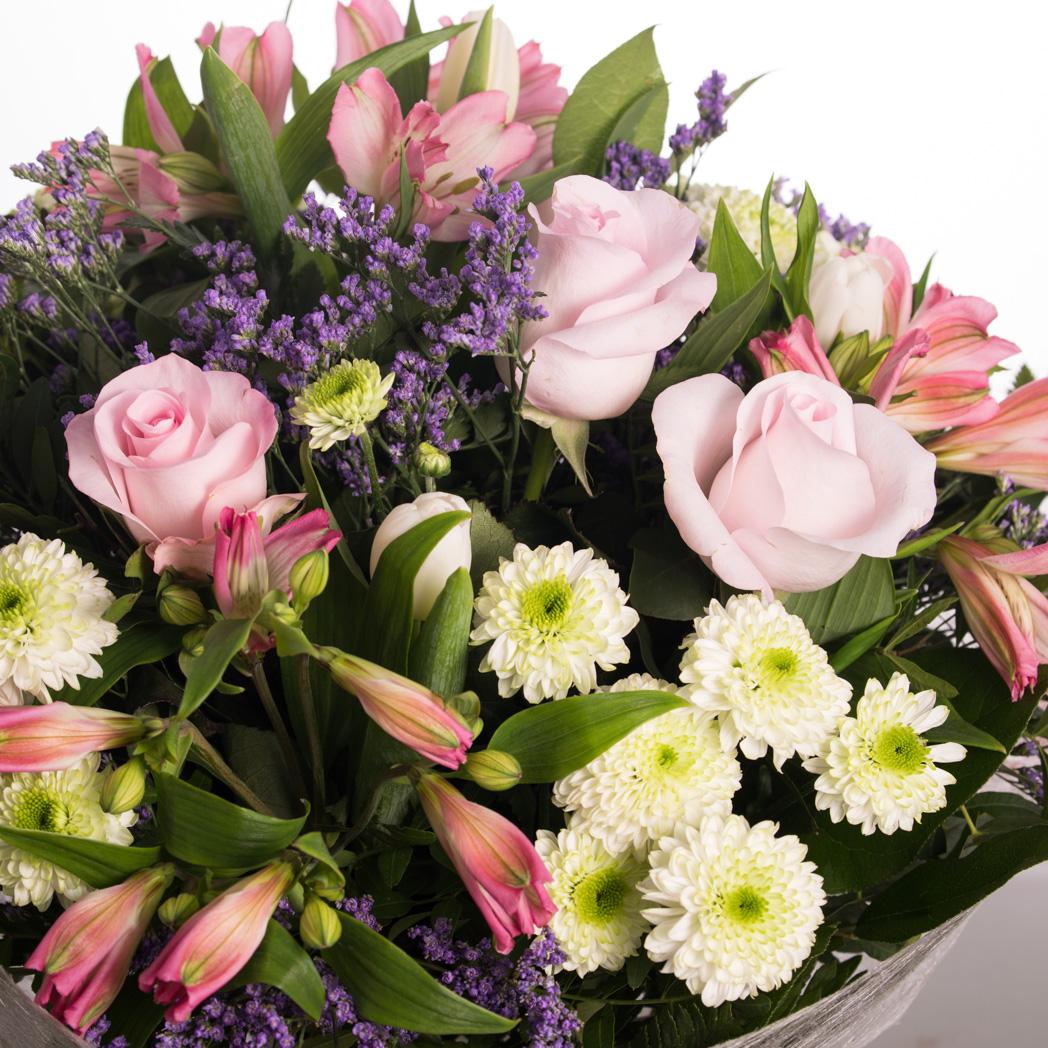 Ramo De Flores Rosa Y Lila Con Rosas