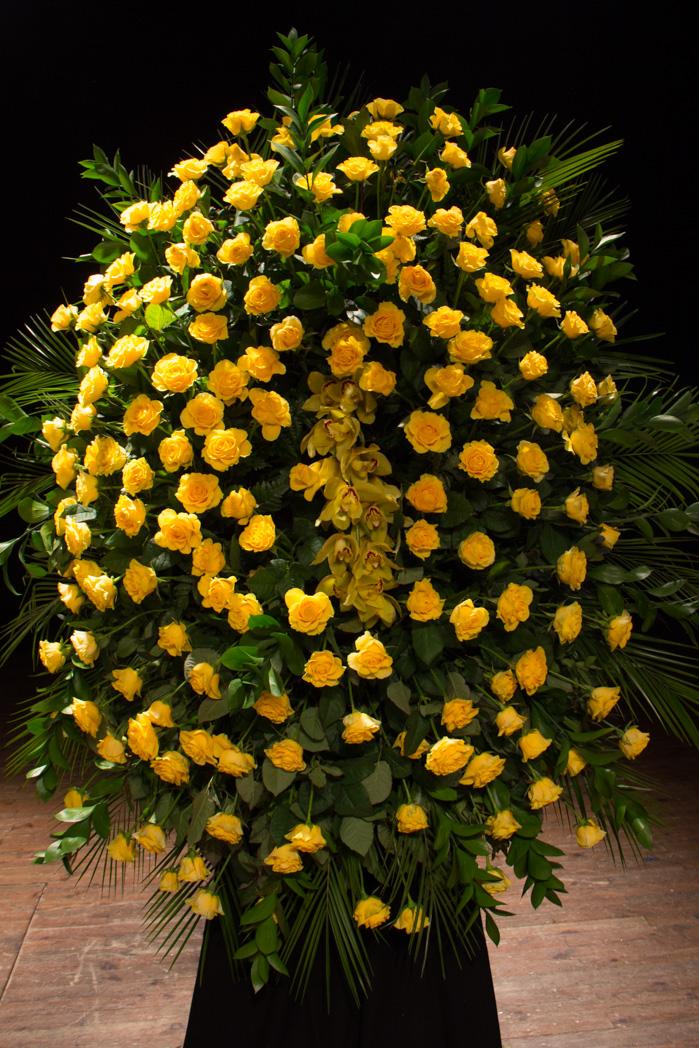 Corona Ovalada De Rosas Amarillas Y Orquídeas Grande