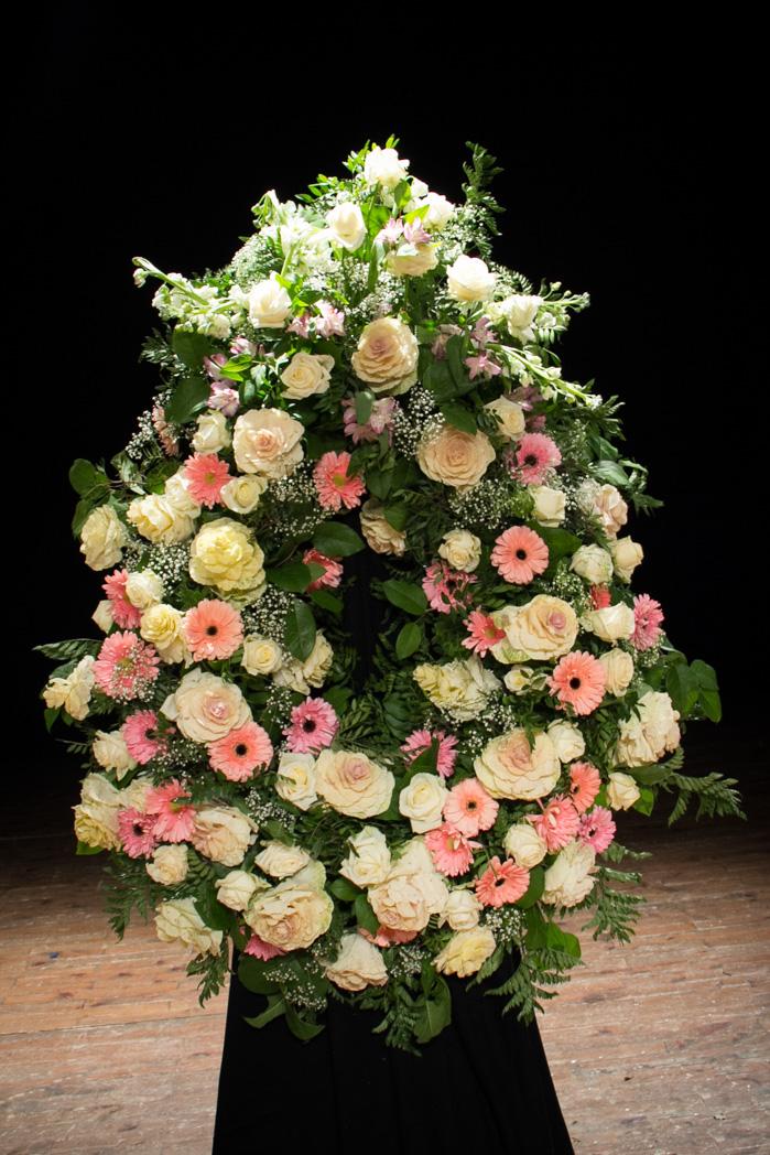 Corona De Flores Variada Blanca Y Rosa Con Rosas